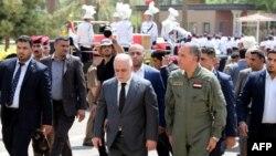 خالد العبیدی (نفر اول از راست) وزیر دفاع و حیدرالعبادی، نخستوزیر، در مراسم ترحیم کشته شدن دو ژنرال عراقی