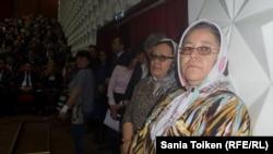 Носратбиби Казах и Бахар Казах на встрече акима Мангистауской области с населением. Актау, 25 февраля 2016 года.