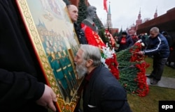 Відзначення дня народження Йосипа Сталіна на його могилі біля Кремлівської стіни на Червоній площі у столиці Росії. Чоловік цілує ікону із зображенням радянського диктатора. Москва, 21 грудня 2015 року