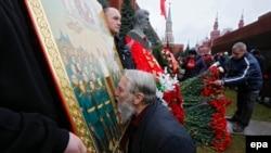 Мужчина целует икону с изображением Иосифа Сталина. Москва, 21 декабря 2015 года