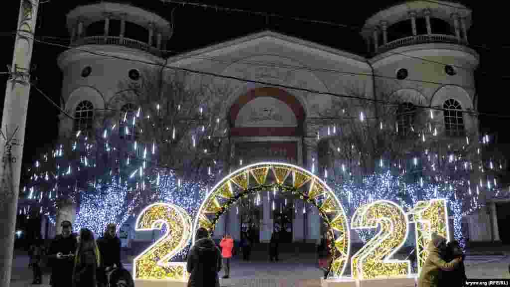 Ще одна точка в місті, де встановлені новорічні інсталяції, – територія біля кінотеатру «Сімферополь»