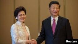 Керрі Лам (ліворуч) та Сі Цзіньпін