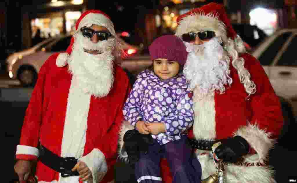 Тегеранцы в костюме Санта Клауса.