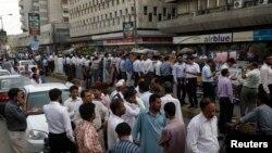 У пакистанському Карачі, за 700 кілометрів від епіцентру землетрусу, люди повибігали на вулиці, 16 квітня 2013 року
