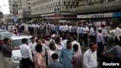 Пакистанцы, выбежавшие на улицы после землетрясения. Карачи, 16 апреля 2013 года.