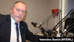 Premierul interimar Aurel Ciocoi în studioul Europei Libere (foto arhivă)