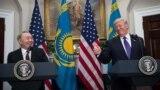 Дональд Трамп встречает Нурсултана Назарбаева перед Белым домом.