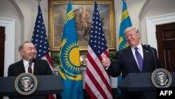 Gazagystanyň prezidenti Nursultan Nazarbaýew (çepde) we Birleşen Ştatlaryň prezidenti Donald Tramp. 16-njy ýanwar, 2018 ý.