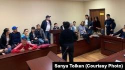 Поддержать Дархана Умирбаева в суд пришли около десятка гражданских активистов. Нур-Султан, 25 мая 2019 года.