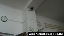 Камера видеонаблюдения в коридоре алматинской школы. 27 мая 2014 года.