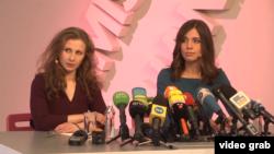Участницы Pussy Riot Мария Алёхина (слева) и Надежда Толоконникова.