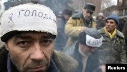 Чернобыль апатының зардабын жоюға қатысқандар Донецкіде аштық жариялап тұр. Украина, 28 қараша 2011 жыл.