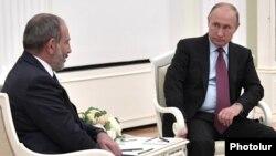 И. о. премьер-министра Армении Никол Пашинян (слева) и президент России Владимир Путин (архив)