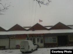 Фото автора: ринок в Чистякові (Торезі) з подертим прапором так званої «ДНР»