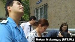 Балалар кітапханасы маңындағы құрылысқа қатысты көшпелі сот. Алматы, 17 шілде 2014 жыл.