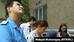 Выездное заседание суда на месте строительства кафе-бара в многоэтажном жилом доме. Алматы, 17 июля 2014 года.