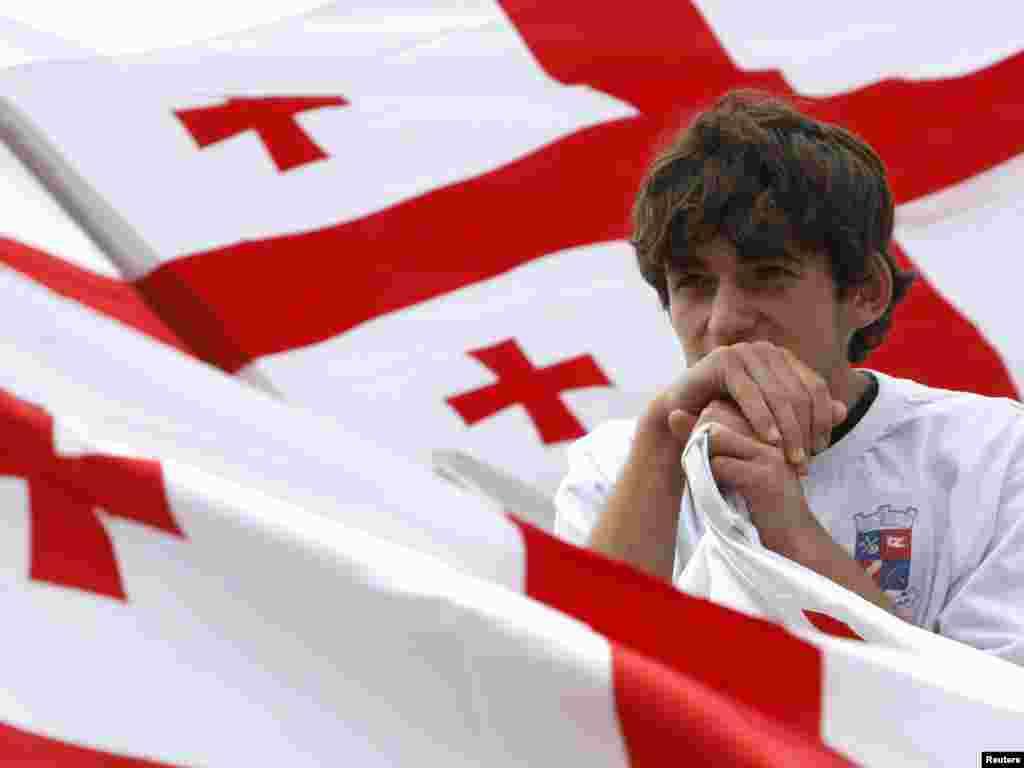 Грузинський хлопець під час етнічного фестивалю поблизу Тбілісі, 12 серпня.Photo by David Mdzinarishvili for Reuters