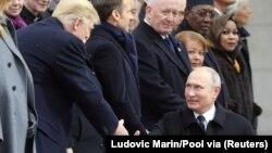 Президенты США и России Дональд Трамп и Владимир Путин на торжествах в Париже