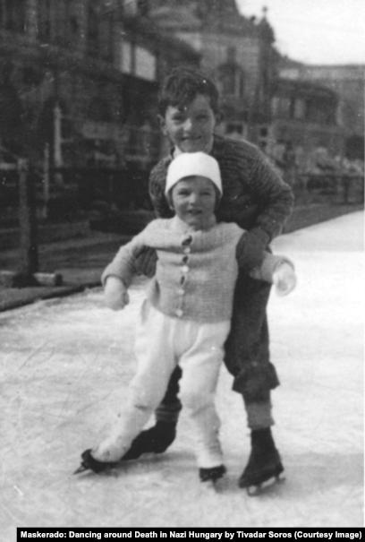 """Пол и Джордж Соросы, 1934 год. Фото из книги Т. Сороса """"Маскарад: Игра в прятки со смертью в нацистской Венгрии"""""""