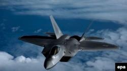 Një aeroplan luftarak amerikan i tipit F-22 Raptor