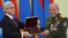 Экс-президент Армении Серж Саргсян (слева) награждает генерал-майора Самвела Карапетяна (Огановского) (архив)