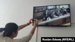 Журналист в специализированном межрайонном суде по уголовным делам Астаны в комнате для наблюдения. Астана, 18 марта 2016 года.