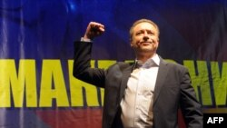 Macedonia -- Branko Crvenkovski, the leader of largest opposition political party SDSM, waves to supporters during a party rally in central Shtip, 21Nov2010