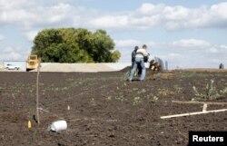 Робітники встановлюють паркан навколо будівництва бази біля села Солоті, фото 7 вересня 2015 року