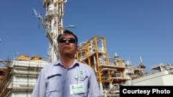 Иран қазағы Мехран Пилтан өзі жұмыс істейтін зауыттың алдында тұр. Сурет автордың Facebook парақшасынан алынды.
