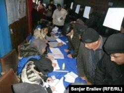 Оштағы жергілікті кеңес сайлауы. Қырғызстан, 22 мамыр 2011 жыл. (Көрнекі сурет)