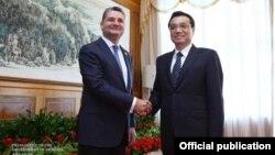 China - Premier Li Keqiang (L) meets with Armenian Prime Minister Tigran Sarkisian in Dalian, 10Sep2013.