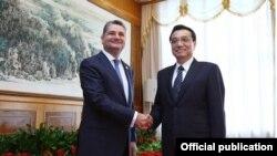 Китай - Премьер-министр Армении Тигран Саргсян (слева) встречается со своим китайским коллегой Ли Кэцяном, Далянь, 10 сентября 2013 г.