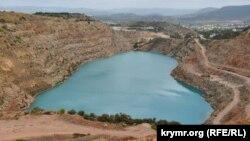 Голубое озеро в Кадыковском карьере