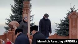 Близкие Алтынбека Сарсенбайулы у его могилы. Алматы, 11 февраля 2021 года.