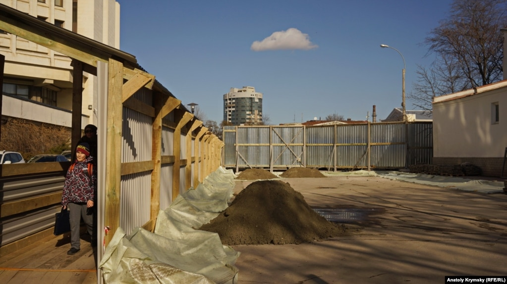 Новая строительная площадка вырастает под боком «пентагона» – здания парламента Крыма