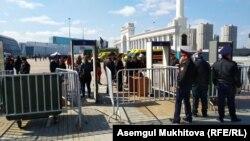Досмотр граждан у столичной площади, где проводятся торжества по случаю Дня единства народа.