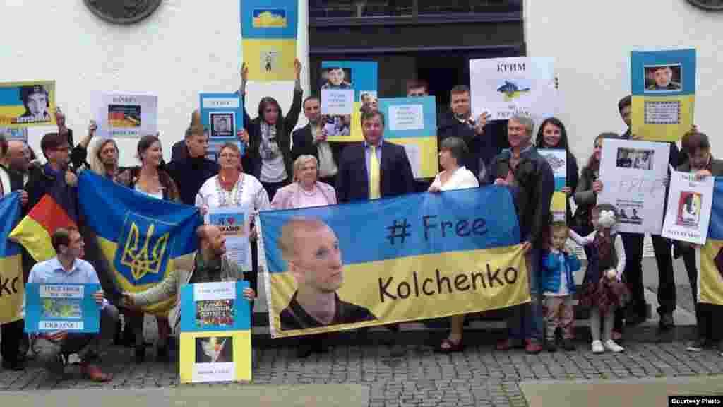 Українці у німецькому Мюнхені провели акцію з вимогою до Росії звільнити ув'язнених на російській території українських громадян. 20 вересня 2015 року