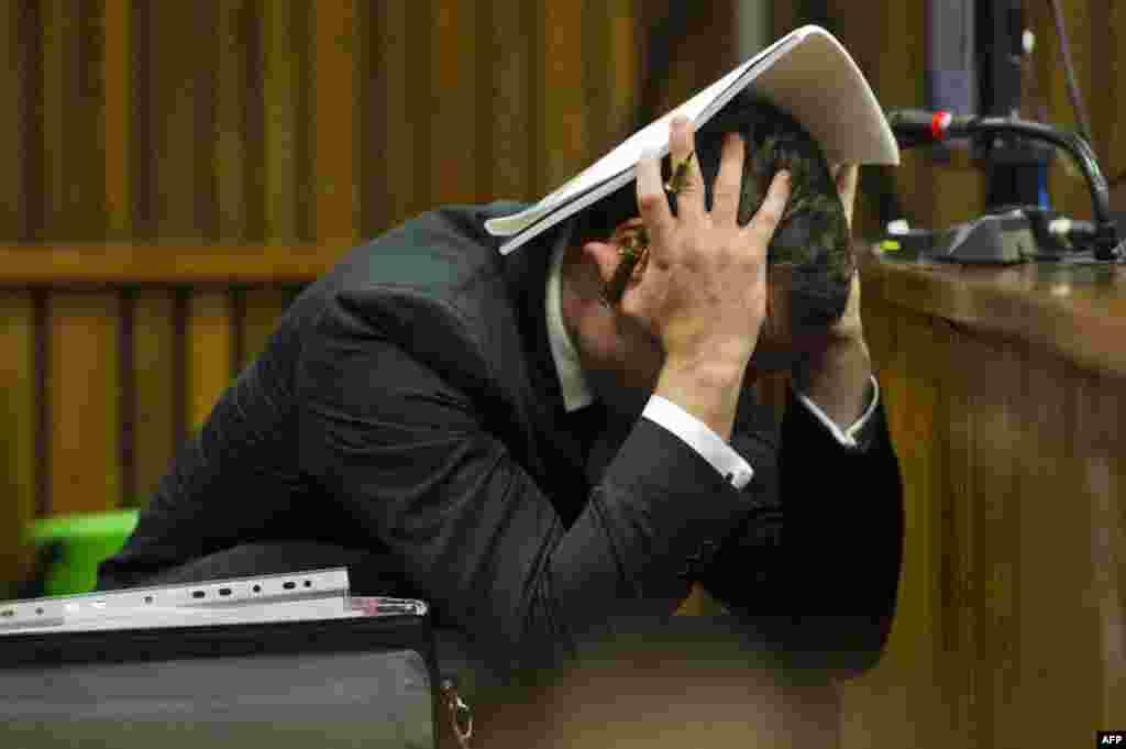 """Алты апталық үзілістен кейін Оңтүстік Африка Республикасында (ОАР) сот Оскар Писториустің ісін қарауды жалғастырды. Оған жүретін қызын өлтірді деген айып тағылған. 1 шілде күні прокурор """"Сарапшылар тобы Писториус құрбысыРива Стинкампты атқан кезде психикалық тұрғыда сау болған. Олзаң алдында жауап беруі тиіс"""" деген қортындыға келді деп мәлімдеді. Айыбын мойындаған жағдайда Писториус 25 жылға сотталуы мүмкін. Атлет ванна бөлмесінің есігін жауып алған Стинкампты ұры деп ойлап қалғанын айтады. Писториус """"бойындағы психикалық ауытқушылықтың да сондай әрекет жасауына әсет еткенін"""" мәлімдеді. Бірақ айыптаушы тарап, """"кісі өлтіру оқиғасы екеуінің арасындағы жанжалдан кейін болды"""" дейді."""
