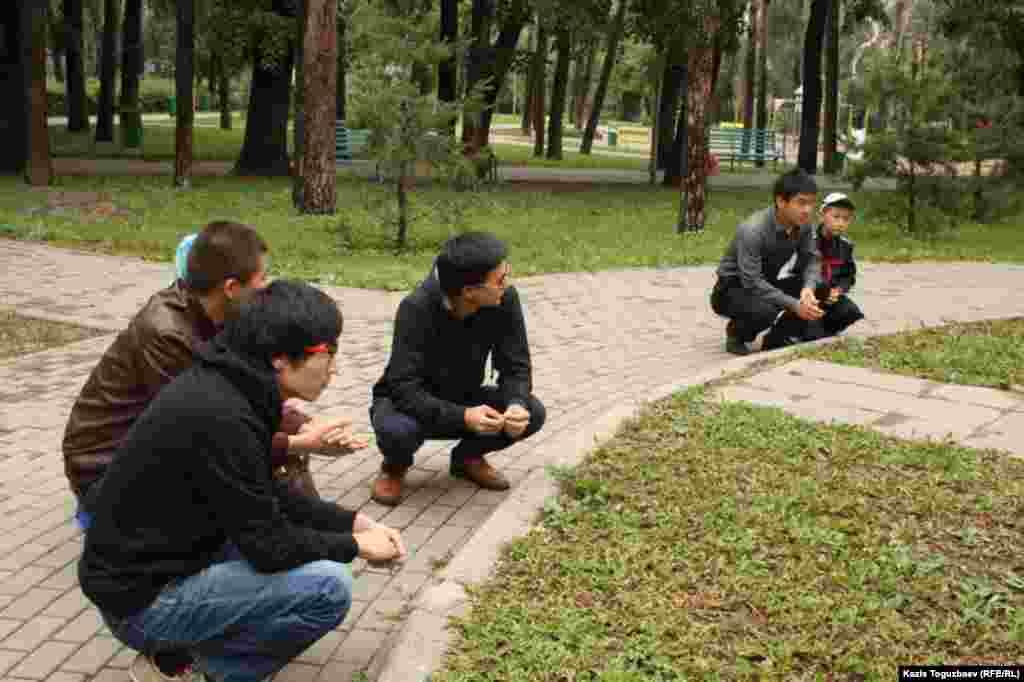 1931-1933 жылдардағы ашаршылықтан опат болған адамдардың ұрпақтары марқұмдардың рухына құран бағыштап отыр. Алматы, 31 мамыр 2014 жыл.