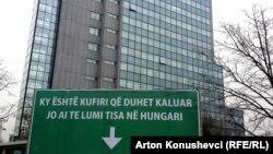 Baner protiv ilegalne migracije ispred Vlade Kosova