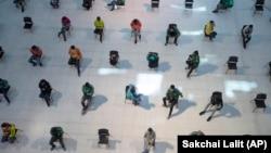 Людзі ў гандлёвым цэнтры ў Бангкоку трымаюць дыстанцыю ў сувязі з эпідэміяй каранавірусу, 24 сакавіка 2020