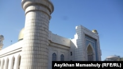 Алматыдағы орталық мешіт. (Көрнекі сурет).