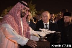 Саудовский принц Мухаммед бен Салман принимает от Владимира Путина подарок. Эр-Рияд, октябрь 2019 года