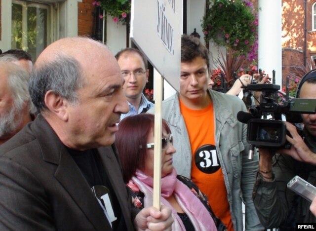Борис Березовский напротив российского посольства в Лондоне