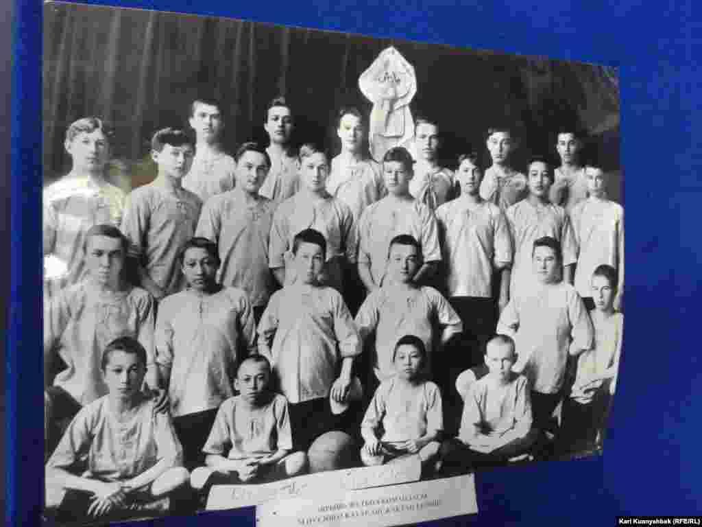 """Снимок футбольной команды """"Ярыш"""". Мухтар Ауэзов — второй справа в третьем ряду. Фотография выставлена в краеведческом музее Абайского района Восточно-Казахстанской области."""