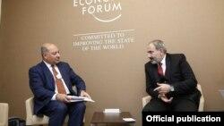 Премьер-министр Армении Никол Пашиняна(справа) и президент Европейского банка реконструкции и развития Сума Чакрабарти, Давос, 22 января 2019 г.