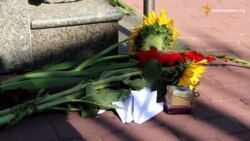 Під посольством Нідерландів у Києві вшановують загиблих у катастрофі літака рік тому