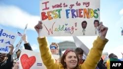 Демонстрация сторонников однополых браков у здания Верховного суда США