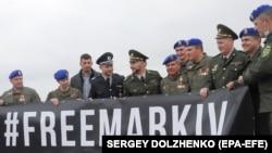 Під час зустрічі бійця Національної гвардії України Віталія Марківа (на фото він песередині) в аеропорту Києва, 4 листопада 2020 року