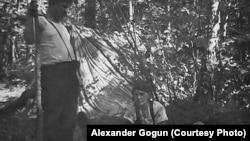 Партизаны и партизанка на отдыхе. Отряд Алексея Федорова (архивное фото)